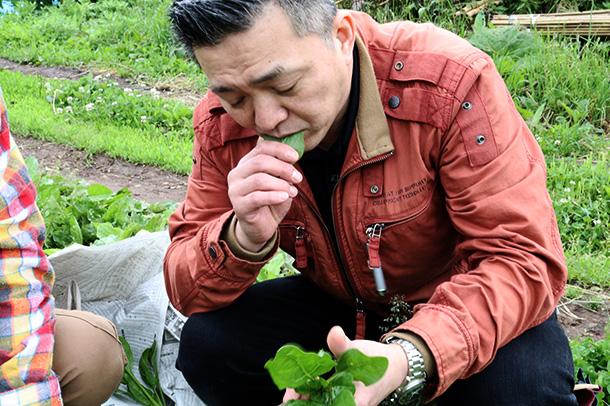 ほうれん草を食べる笹井シェフ